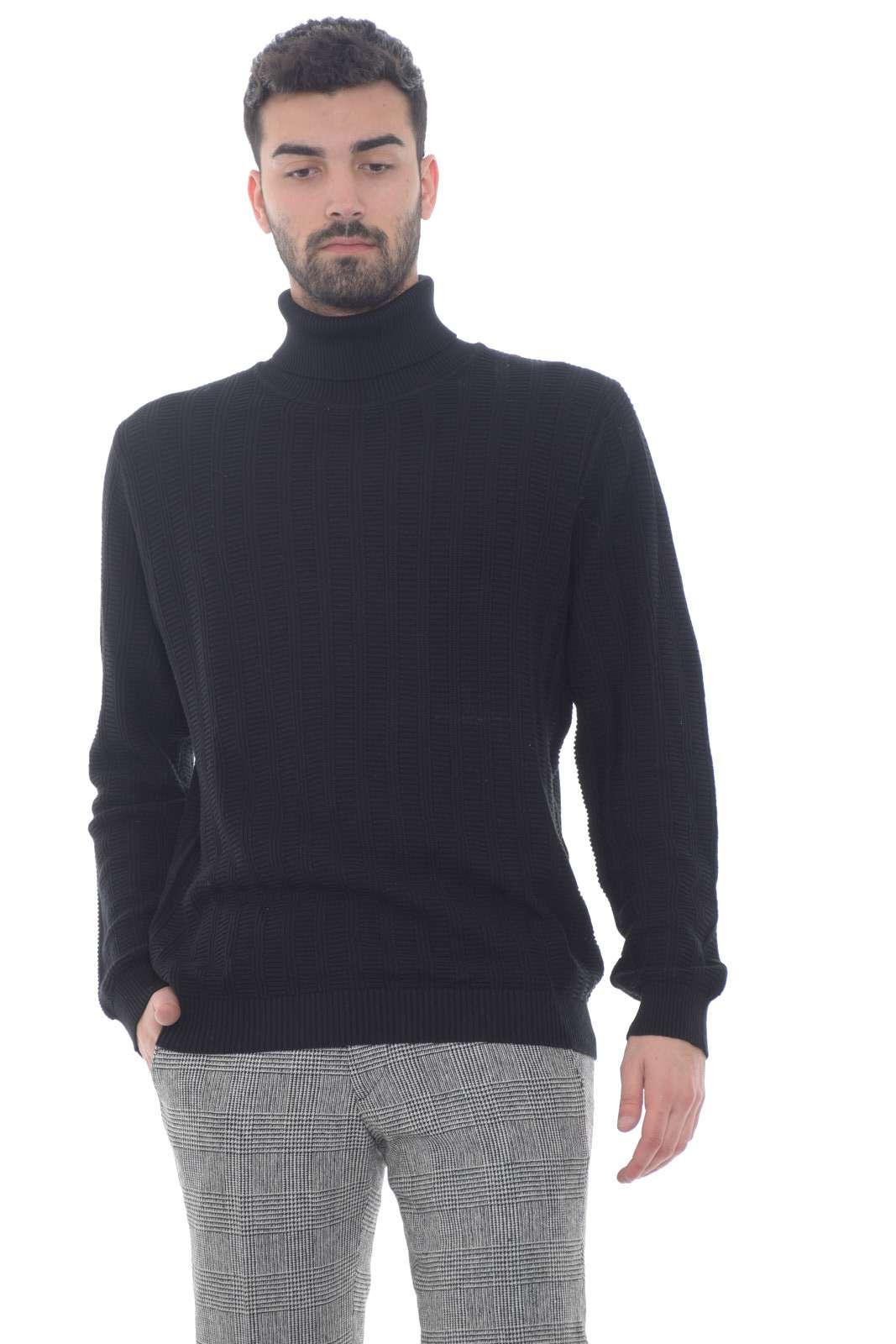 Un maglione caldo e confortevole, quello firmato Antony Morato. Perfetto da abbinare a jeans o pantaloni, per outfit da tutti i giorni fashion e impeccabili. Per l'uomo che ama lo stile classico.
