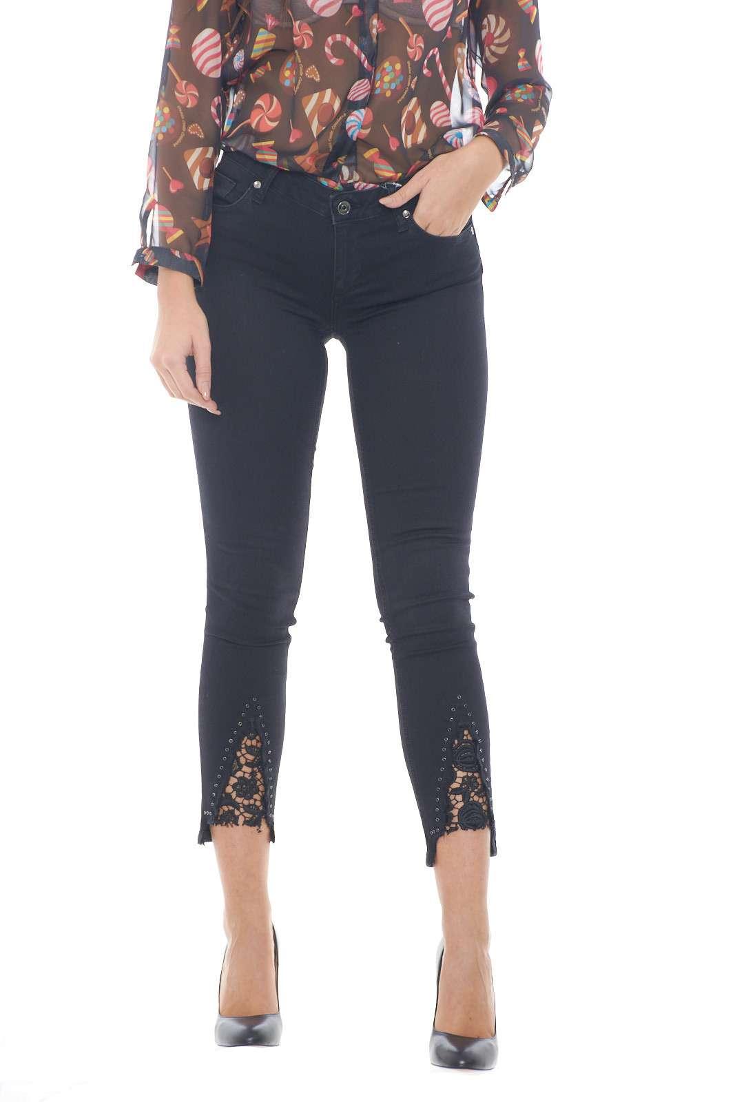Un pantalone all'apparenza semplice e classico, con un dettaglio esclusivo e chic, che regala un tocco glamour inaspettato: il ricamo floreale sul fondo gamba. La vestibilità bottom up, poi, lo rende aderente, ma non stretto, per una silhouette femminile e curata.