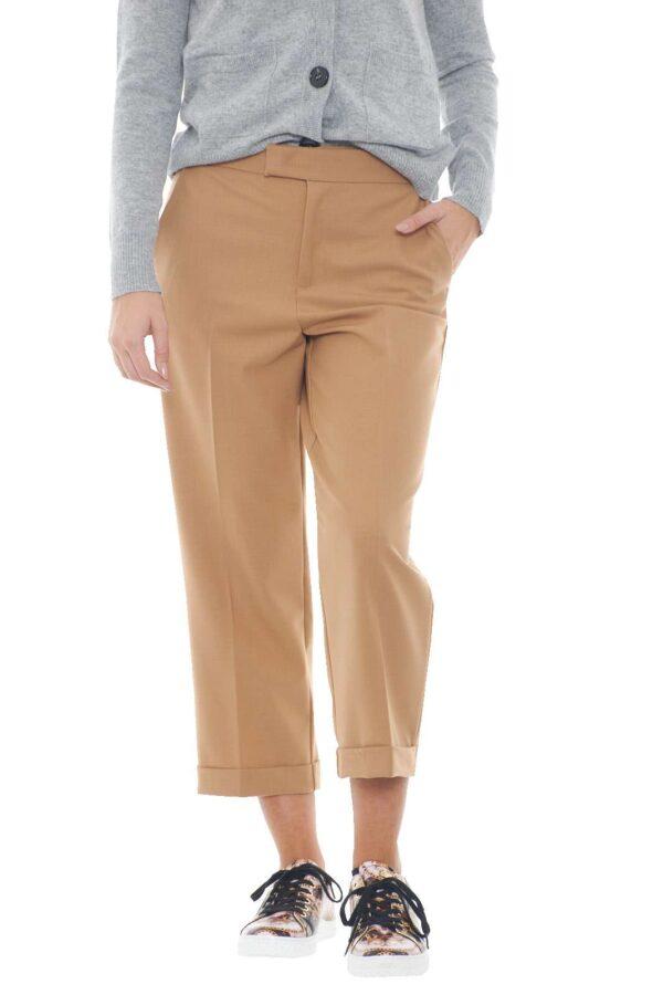 Un pantalone moderno, dal look insolito e all'avanguardia, al passo con le tendenze del momento: le costine. Ideale per outfit semplici e curati, dove con sbalordirai, con abbinamenti semplici e trendy.  La modella è alta 1,78m e indossa la taglia 42.