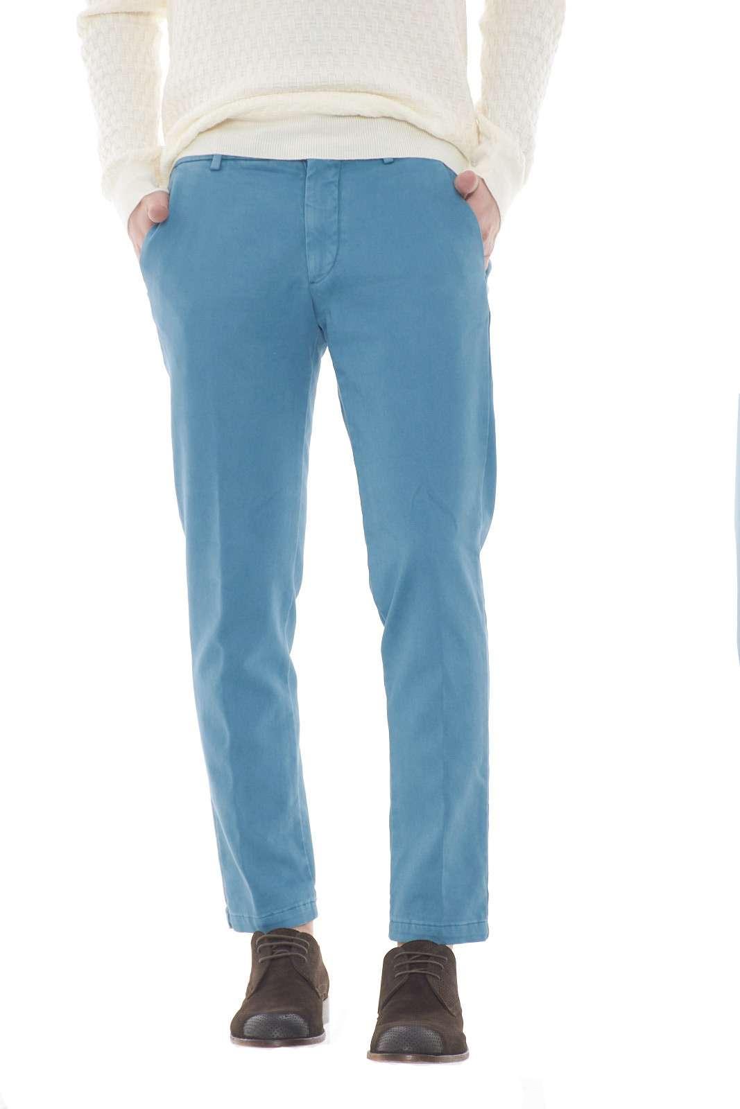 Un pantalone dal modello capri con un fascino indiscusso il BRAD2754 firmato Michael Coal. L'iconico taglio chino è reso unico dalla linea pulita e dalla colorazione tinta unita. Un evergreen.