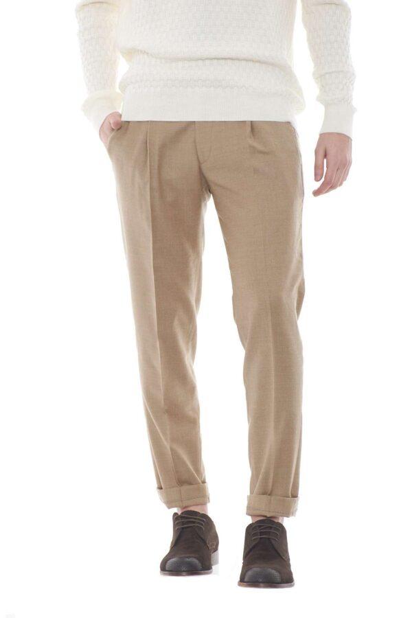 Caldi ed eleganti, i pantaloni in lana firmati Michael Coal sono un essential della moda uomo.  Da abbinare ad una giacca o ad una magli si impongono per il loro stile elegante e minimal.  Un essential della moda uomo per vestire i look più speciali.