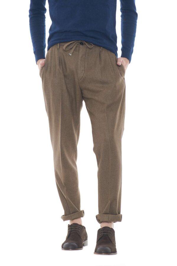 Un pantalone classico e dai dettagli curato, quello proposto da Michael Coal. Perfetto per outfit formali, trendy e impeccabili, dove con stupirai con stile e semplicità.