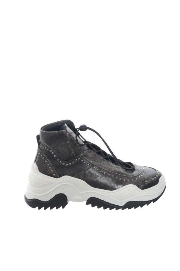 Una sneaker moderna, e innovativa, per la donna che ama stupire.  La tomaia in pelle, è ricoperta di piccole borchie, per un look ancora più deciso e unico.  Il fondo in gomma zigrinato invece, assicura comfort e una presa salda al terreno.