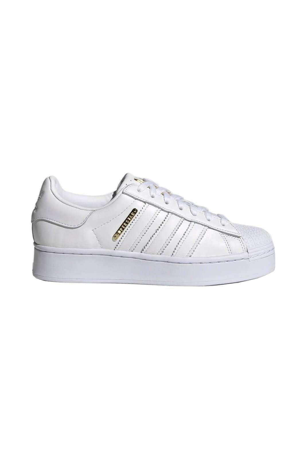Una sneakers in pelle dallo stile minimal quella proposta dalla collezione donna Adidas.  Il modello Superstar Bold si presenta come una calzatura minimal e perfetta per i look quotidiani.  Da abbinare ad un jeans o un pantalone sportivo è un essential.