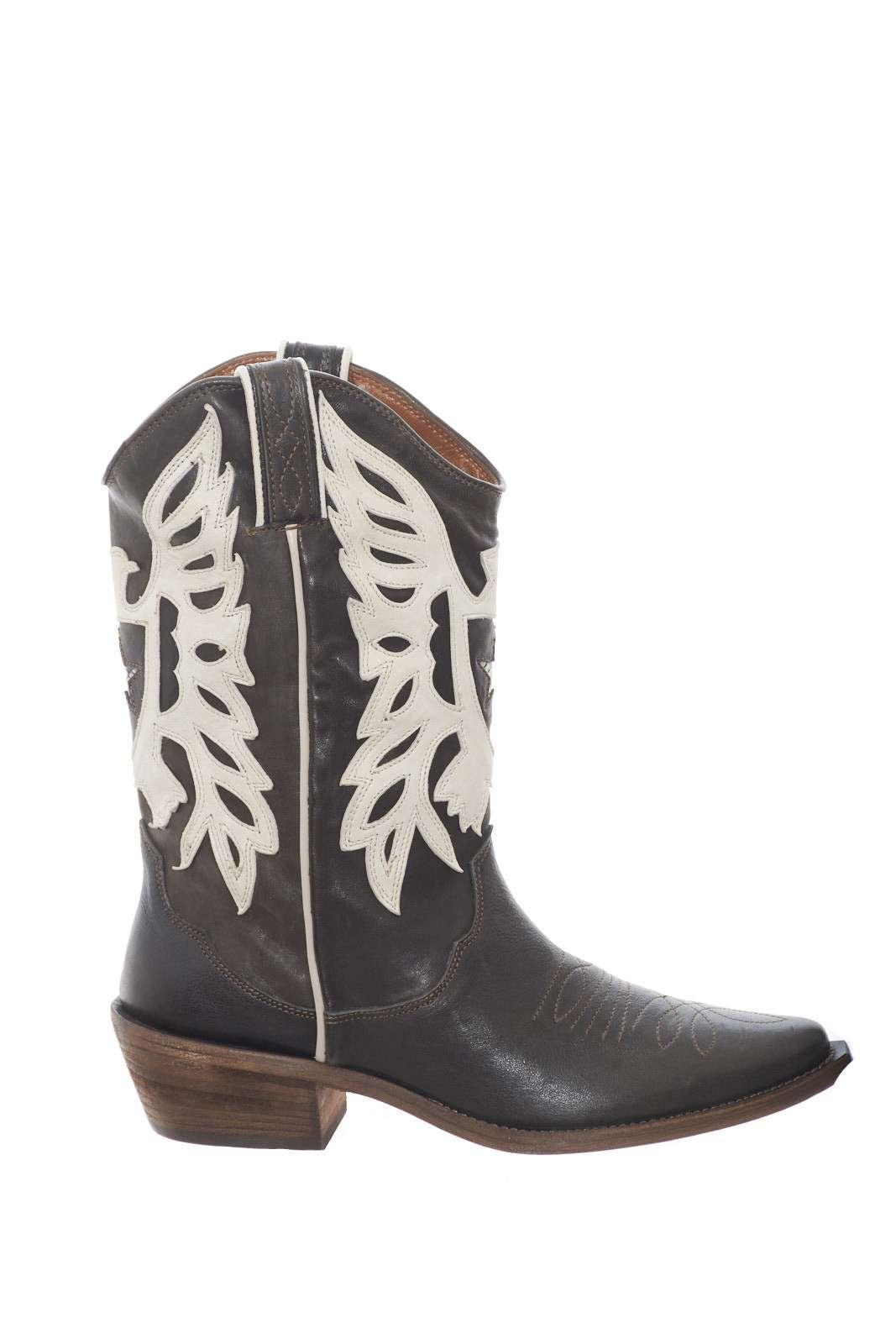 Uno stivaletto esclusivo, unico, per la donna che ama calzature con le quali stupire. Parosh modello texano, per uno stile iconico, e realizzato interamente in pelle di capra, per un comfort inimitabile.