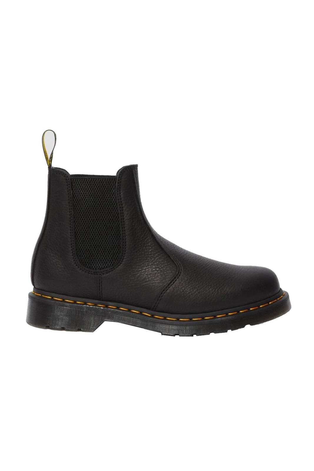 Scopri il nuovo Boot Chelsea firmato dalla collezione uomo Dr. Martens. Da abbinare con ogni stile ripropone un look raffinato e retrò. Un'esclusivo pellame e una suola in gomma antiscivolo per offrire il massimo del confort.