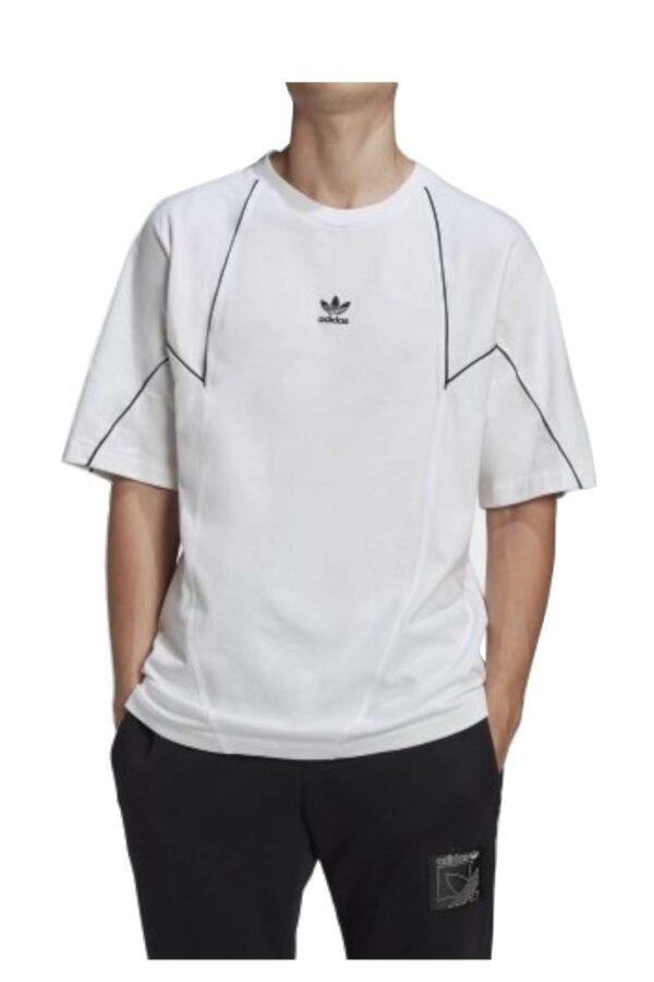 Una T shirt basic e ideale per i look più casual quella firmata dalla collezione uomo Adidas. Da abbinare ad una felpa aperta ee un pantalone da jogging conquista con il suo stile trefoil. Un essential per ogni stagione.