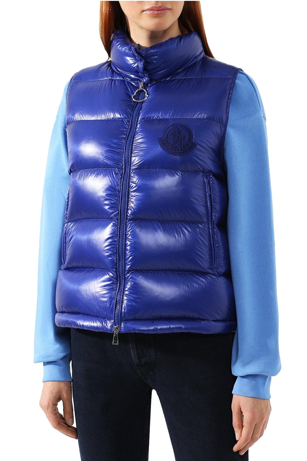 Un gilet chic e iconico, il modello HELSINKI di Moncler. Perfetto per outfit moderni e di tendenza, da abbinare con maglioni o bluse, per look versatili e alla moda.
