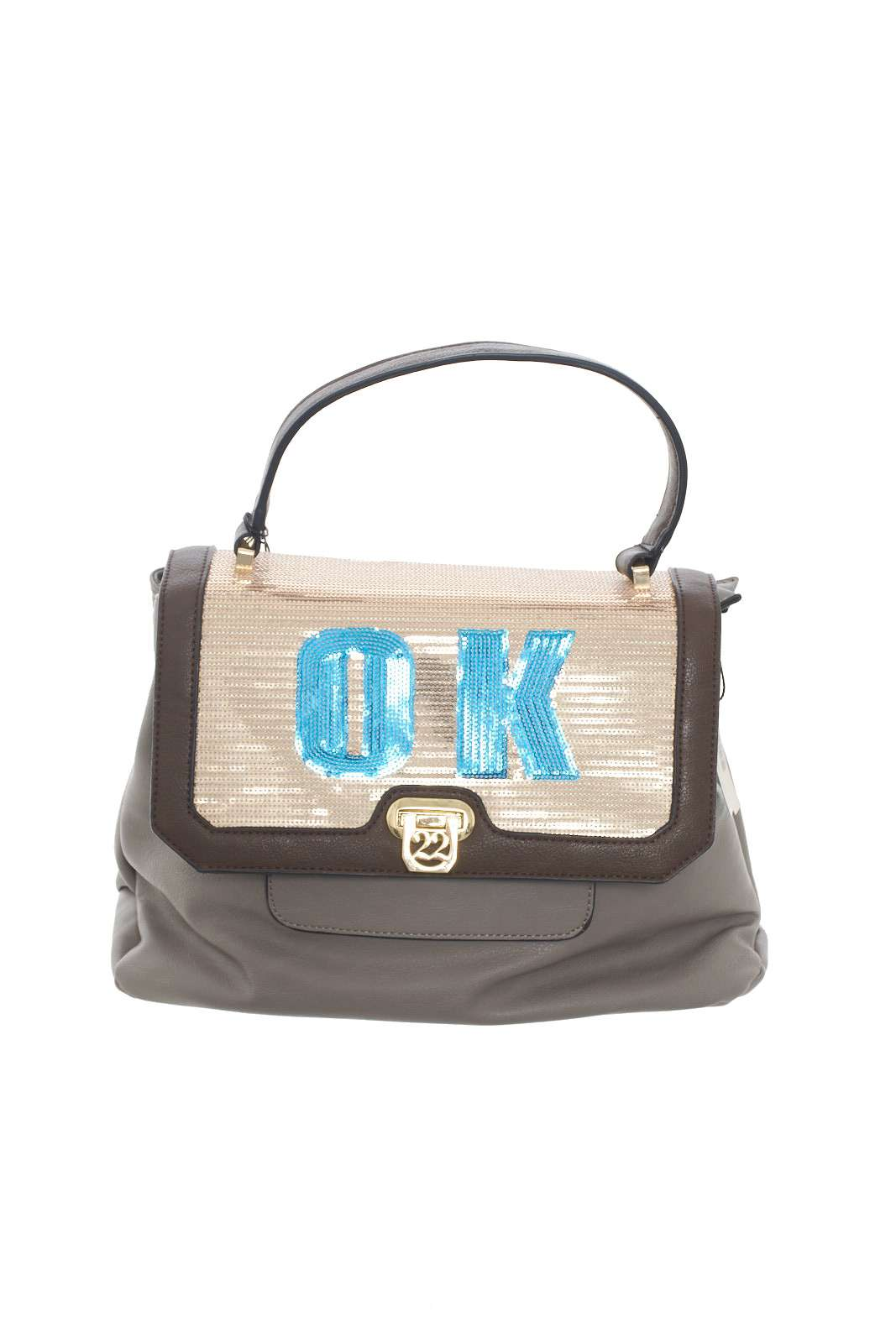 Un accessorio iconico e spiritoso, quello firmato NumeroVentidue, per la donna che ama borse sempre al passo con le ultime tendenze.  La scritta Ok, regala un tocco davvero unico e leggero, perfetto per completare look casual e trendy.