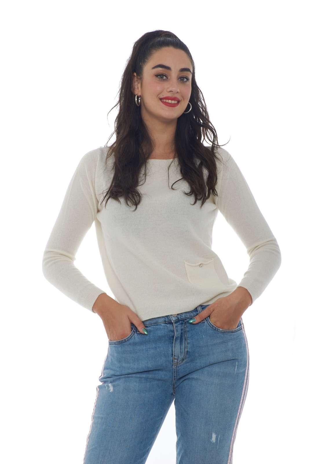 Una maglia firmata Liu Jo, casual e versatile, perfetta per outfit chic e quotidiani. Abbinabile con tutto, dai jeans, ai pantaloni, per outfit curati e sempre diversi.