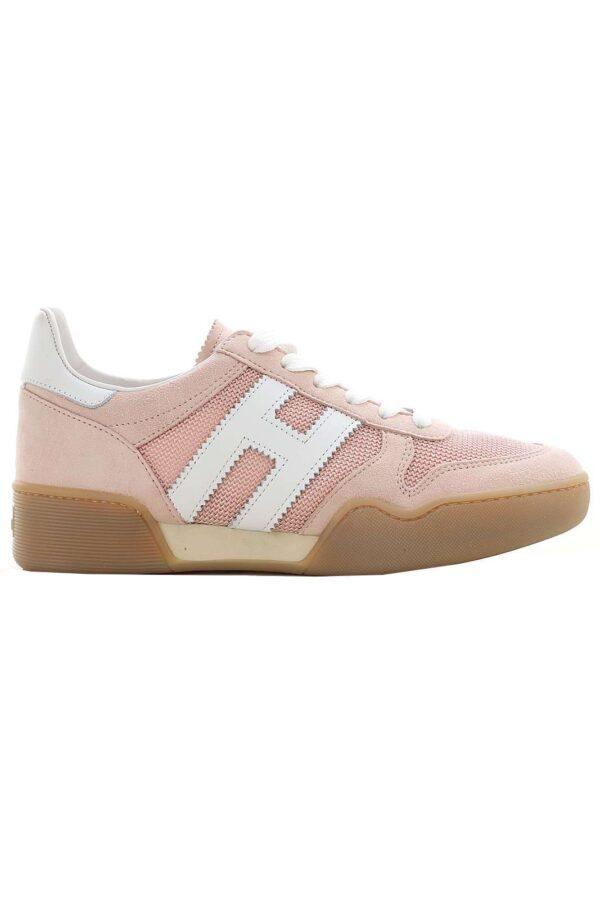 Chic e casual, il modello H357 firmato Hogan. La sneaker perfetta per outfit semplici e trendy, da indossare con jeans o leggings in pelle, per un tocco deciso e glamour ad ogni outfit. La calzatura per la donna che ama le novità.
