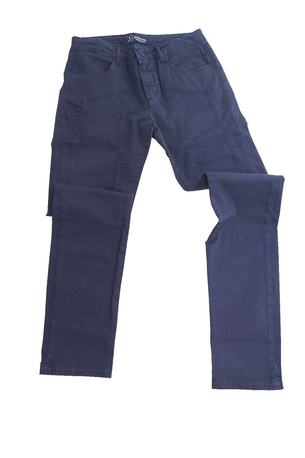 Un capo iconico il pantalone proposto dalla collezione Jeckerson dedicata ai più piccoli.  Caratterizzato dalla vestibilità slim e dal modello cinque tasche conquista ogni look.  Le toppe sul davanti ne caratterizzano lo stile per un effetto glamour chic.