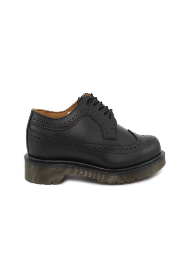 Una scarpa che segue in pieno lo stile da uomo, la BROGUE BLACK SMOOTH, perfetta per la donna che ama distinguersi con look iconici e accattivanti.  Da indossare per lavoro, o party, con jeans e pantaloni, per completare outfit sempre di tendenza.