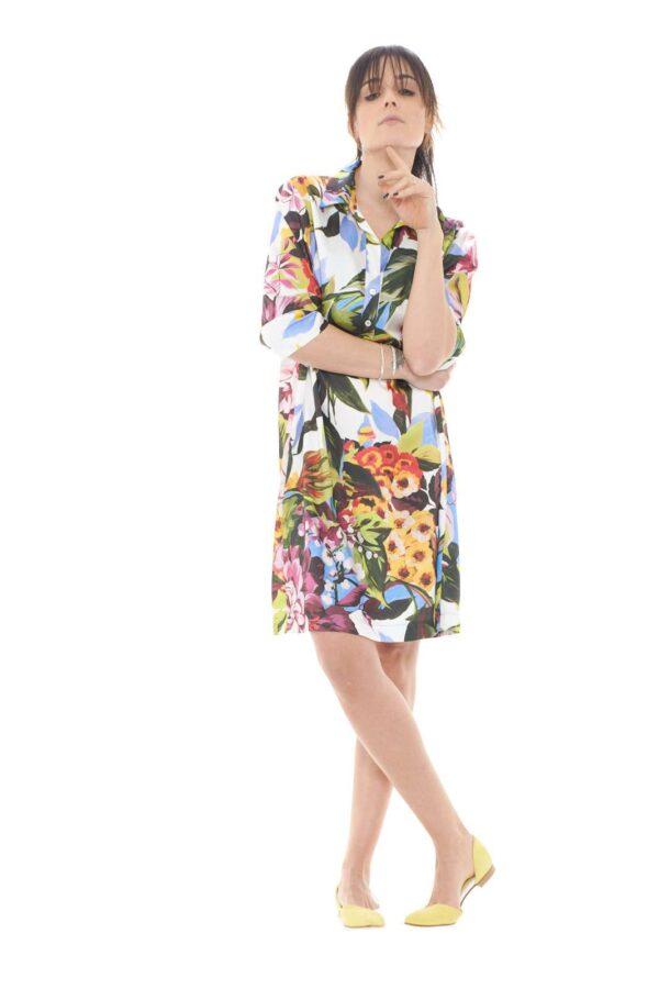 Un abito leggero e versatile quello proposto dalla collection primavera estate di Blugirl.  La vestibilità morbida è impreziosita dai dettagli sul davanti come lo scollo a v e la chiusura parziale con botton.  Un capo essenziale e fashion da indossare sia solo che con l'utilizzo di una cintura.