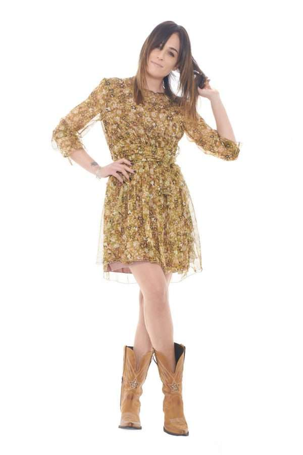 A daily flower pattern dress the one proposed by the new Dixie woman collection.  A garnment to create more and more sophisticated looks.  The light fabric permits to wear it during hot spring day.  It is just simply an essential!