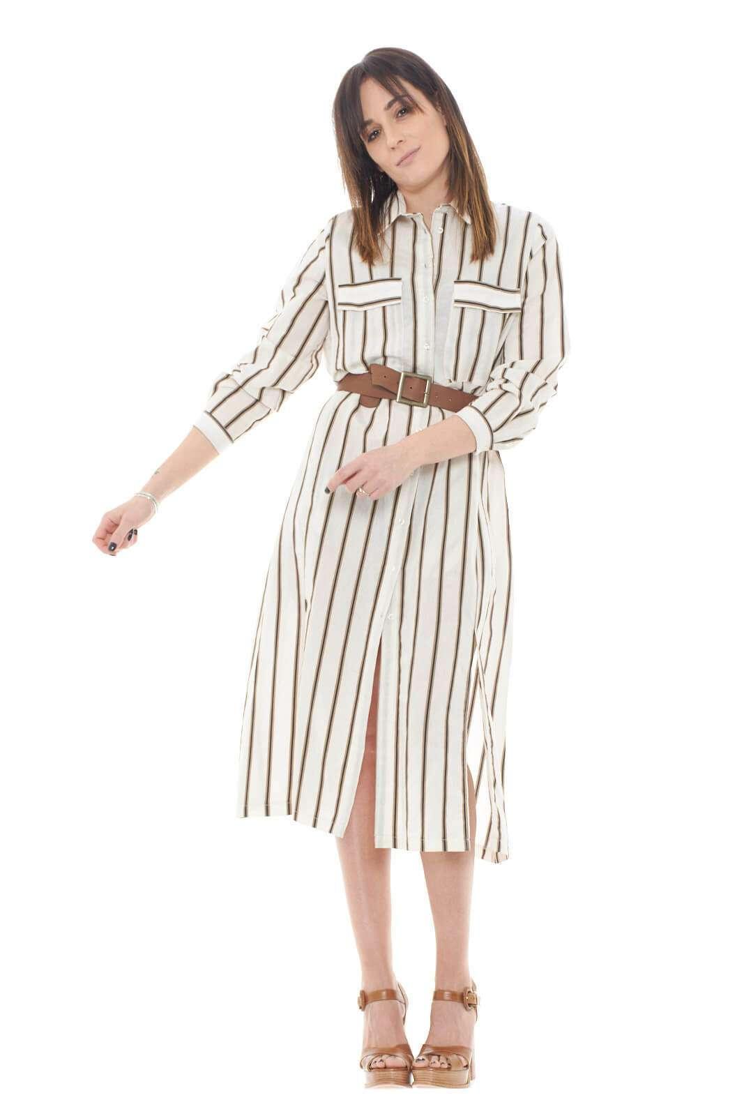 Un abito dal tocco casual quello proposto dalla collezione donna Dixie.  La fantasia rigata lo esalta e lo rende perfetto da indossare con uno stivale alto cammello.  Casual e raffinato si adatta anche ad occasioni più formali come le lavorative.