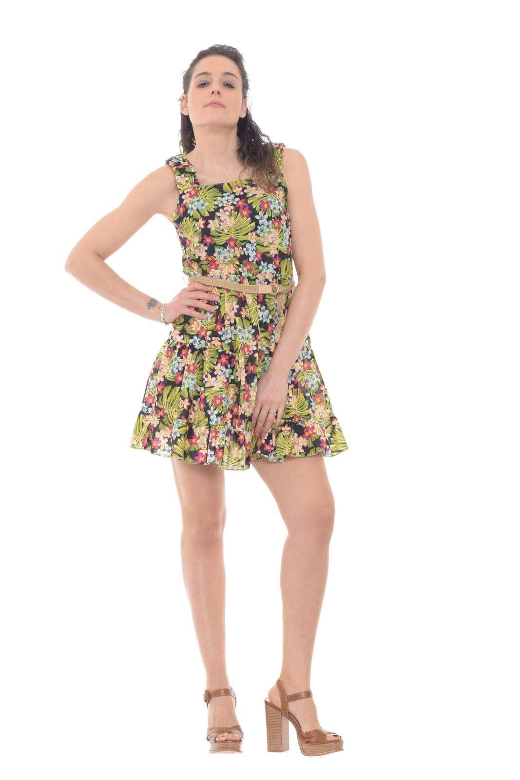 Lasciati conquistare dall'abito donna proposto dalla nuova collezione Imperial. Una fantasia floreale si impone su un taglio morbido impreziosito con balze a creare l'effetto morbido. Per i look quotidiani delle calde giornate estive.