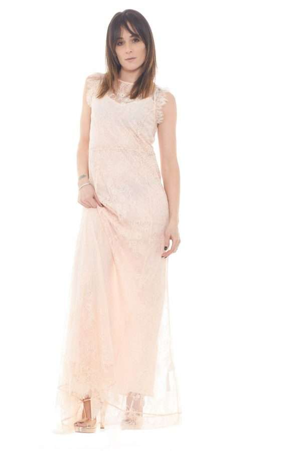 Elegante e affasciante l'abito lungo proposto dalla collection donna Liu Jo.  Il tessuto in pizzo è impreziosito da luccicanti strass per un risultato iconico.  Pensato per le cerimonie e i party più esclusivi è un capo raffinato e prezioso.