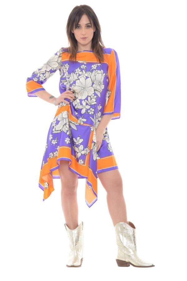 Un abito in pura seta quello proposto dalla collezione Parosh. La vestibilità comoda è rifinita da colori fashion in contrasto e dalla fantasia floreale. Un capo affascinante e pensato per tutti gli stili.