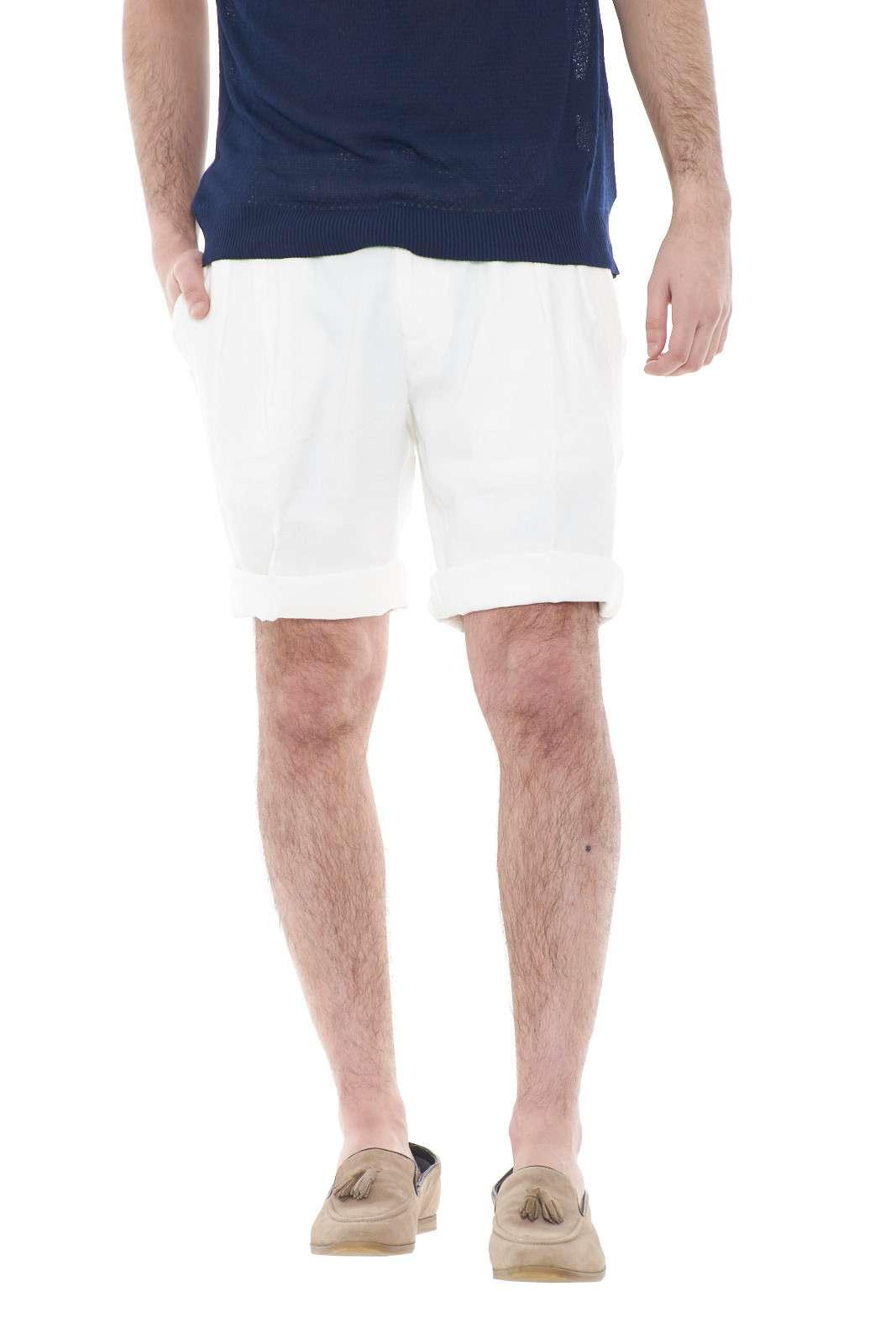 Un bermuda classico e leggero, perfetto per look estivi sempre chic e curati. Il colore bianco pastello, lo rende perfetto per outfit semplici e alla moda. da abbinare a polo, t shirt o camicie, per stili sempre diversi.