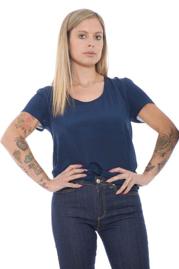 Una delicata blusa in seta per la collezione donna Liu Jo. Lo scollo tondo e le maniche corte sono un classico di questo capo versatile e pratico. Da abbinare a look impegnati o quotidiani, si impone in ogni guardaroba.
