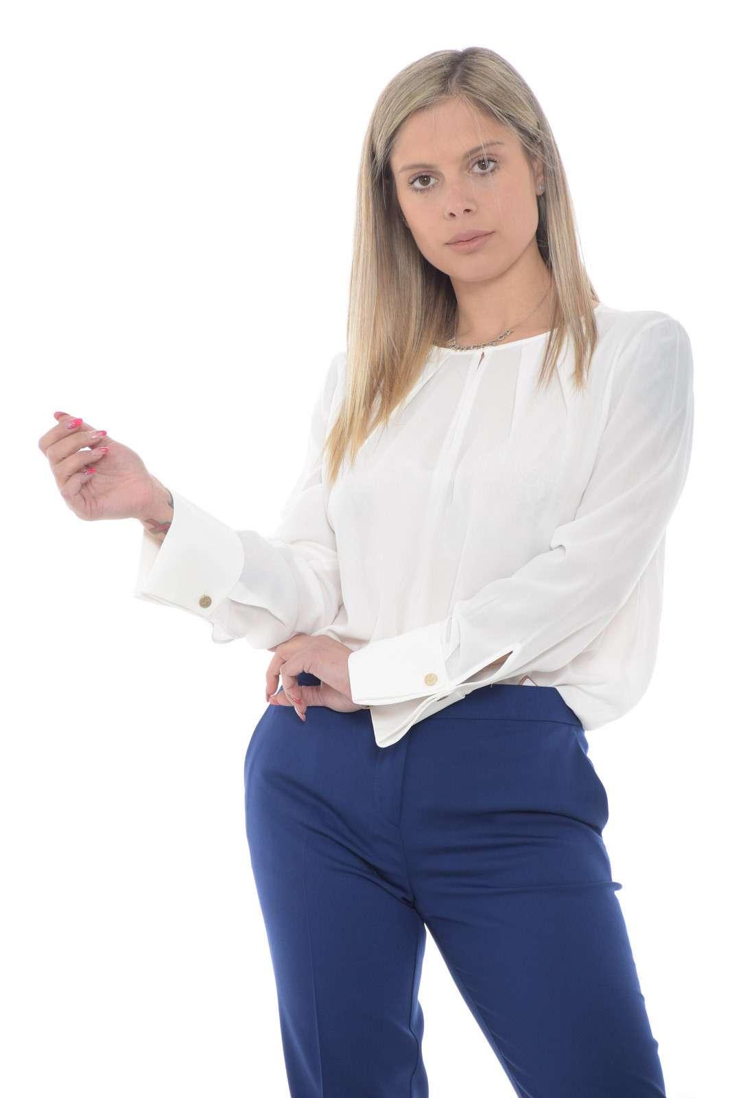 Scopri la nuova blusa donna proposta dalla collezione primavera estate di Nenette. Da indossare con un jeans o con un pantalone mantiene sempre la sua raffinatezza. Caratterizzata dalla vestibilità morbida e dai gemelli ai polsi è un must have di stagione.