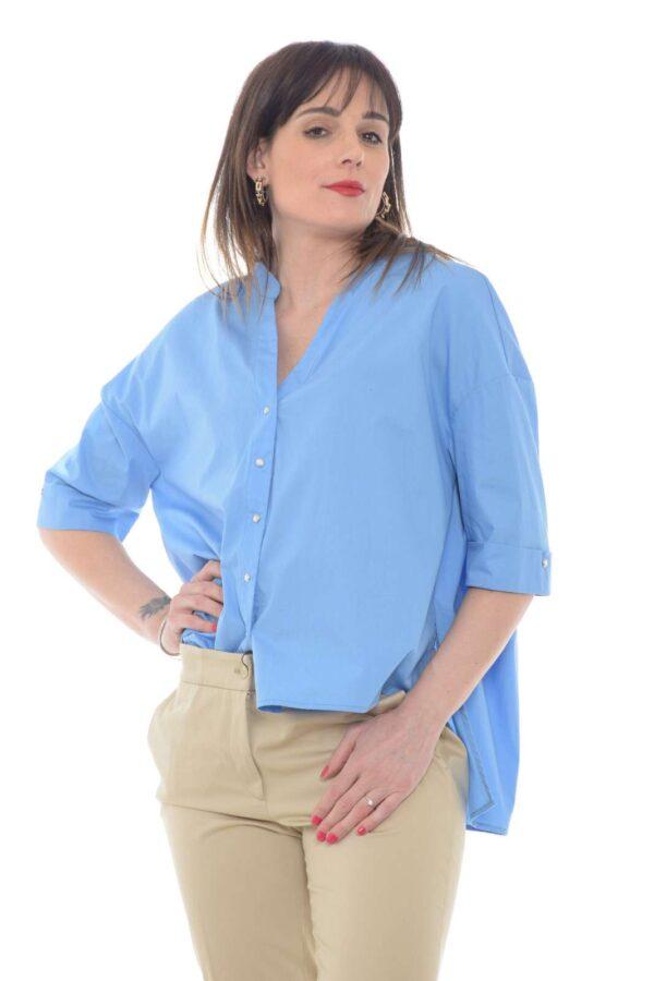 Comoda e pratica la camicia donna firmata dalla collezione Silvian Heach. Dedicata alle donne che amano la vestibilità over si impone per lo scollo a v e le maniche tre quarti. Un capo in cotone perfetto per i look quotidiani.
