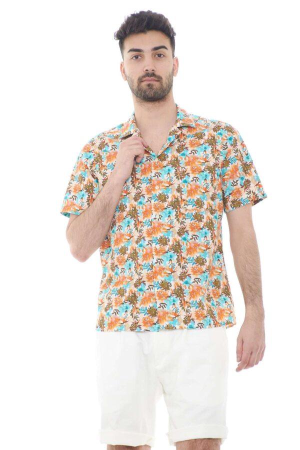 Una camicia vintage quella proposta da 920 Italia Style. Con la sua caratteristica floreale dà un tocco vintage al tuo outfit. Perfetta da indossare nelle giornate calde dell'estate insieme ad un bermuda.