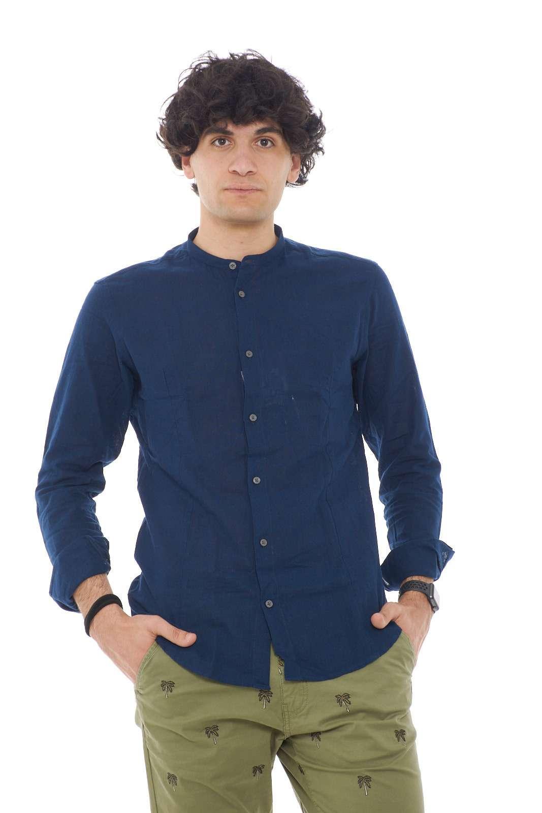 Perfetta da indossare con ogni look, la camicia uomo con collo alla coreana si conferma un trend di stagione. Un fresco tessuto in lino a rifinire un capo tinta unita. Da abbinare con ogni stile si dimostra un capo fashion e versatile.