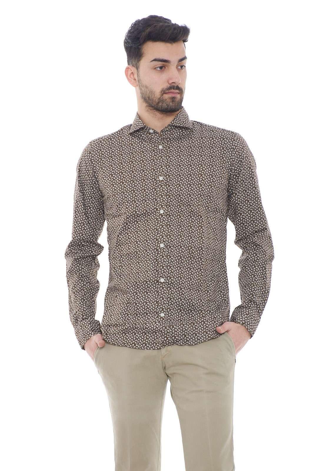 Una camicia semplice e comoda quella firmata Ego Milano. Con la fantasia floreale dà una marcia in più al tuo outfit.