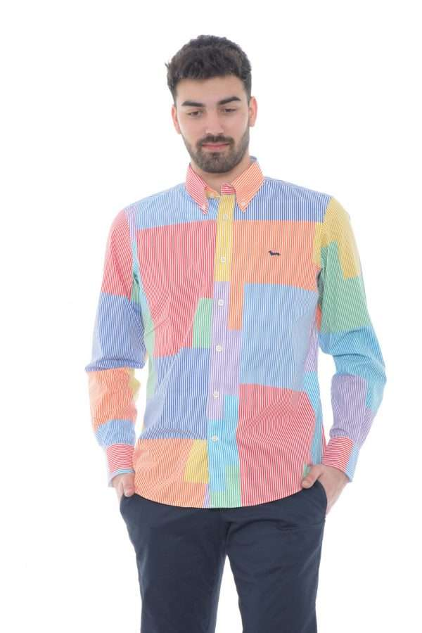 Una camicia particolarmente colorata quella firmata Harmont & Blaine. Un capo con una fantasia super colorata e a righe, perfetta in tutte le occasioni. Da abbinare ad un jeans o un pantalone, è un'icona.