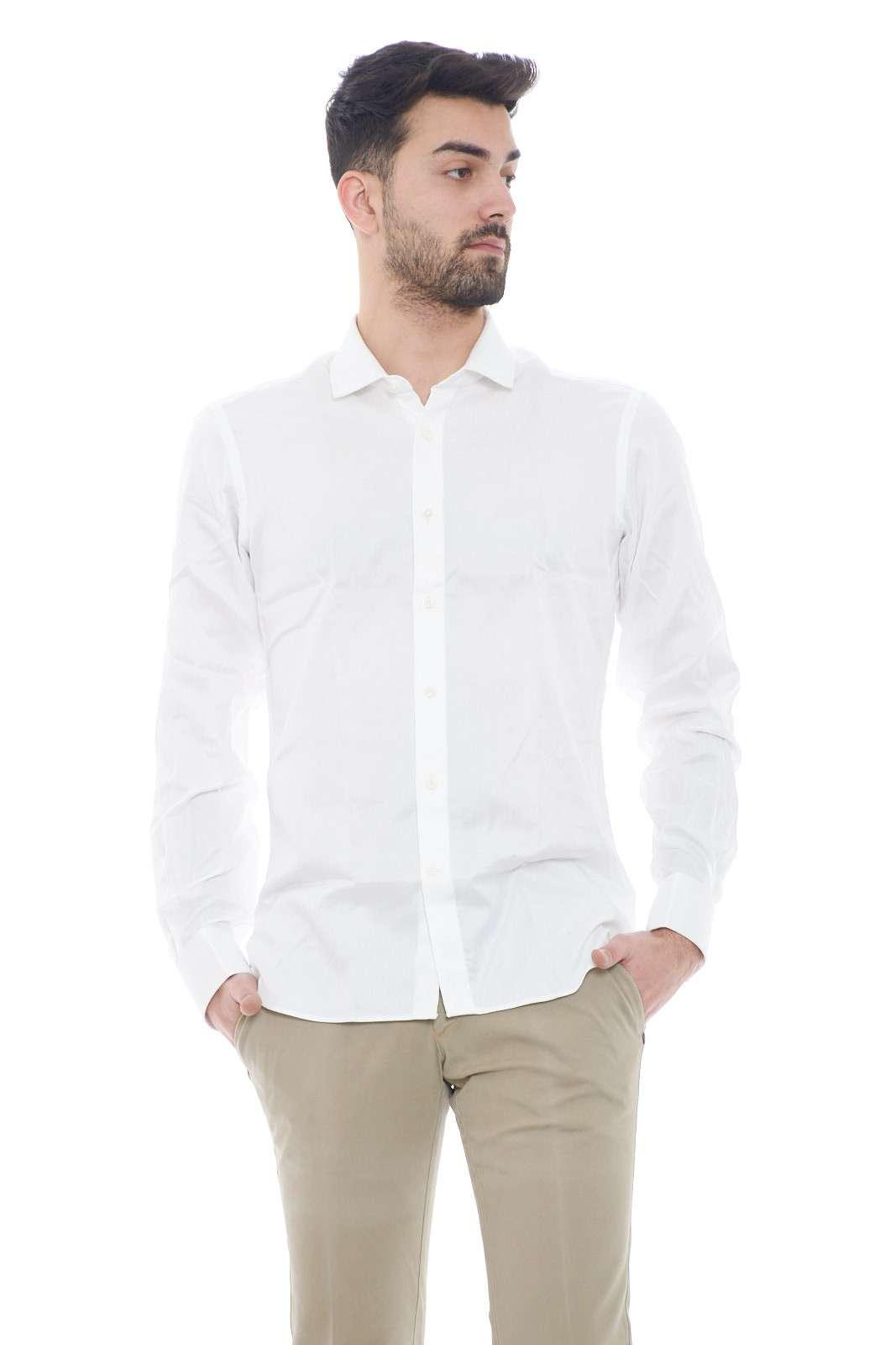 Una camicia semplice ed elegante quella proposta da Mauro Grifoni.  Un tocco di eleganza è dato dai gemelli sui polsi diverso dalla solite camicie.  Da indossare nelle occasioni più importanti è perfetta.