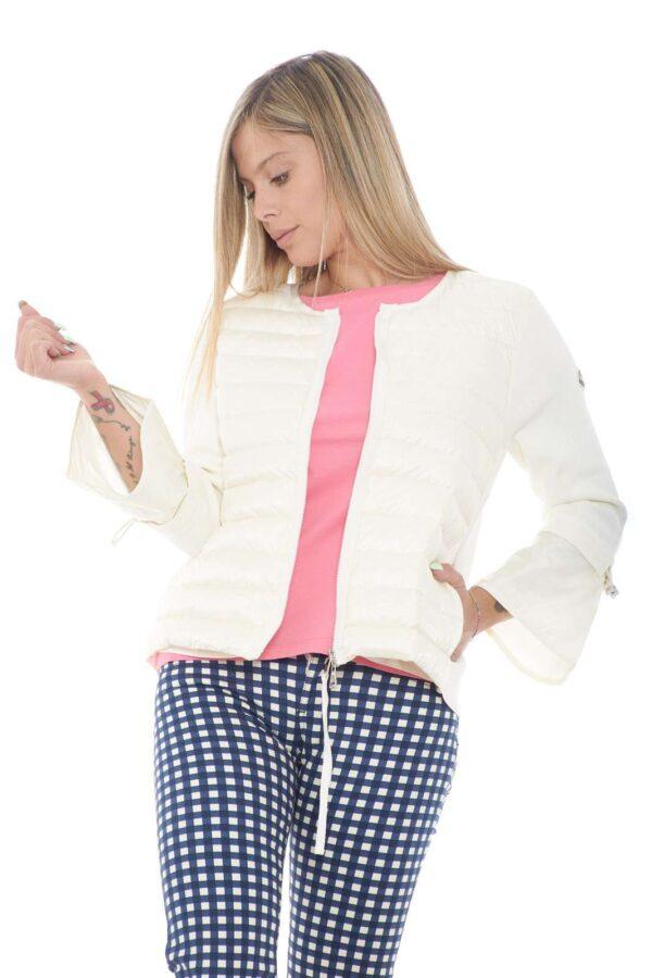 Classe e raffinatezza, racchiusi un questo cardigan Moncler. Perfetto da indossare nelle fresche serate estive, per un tocco chic a qualsiasi abbinamento. Un must-have della tua mezza stagione.