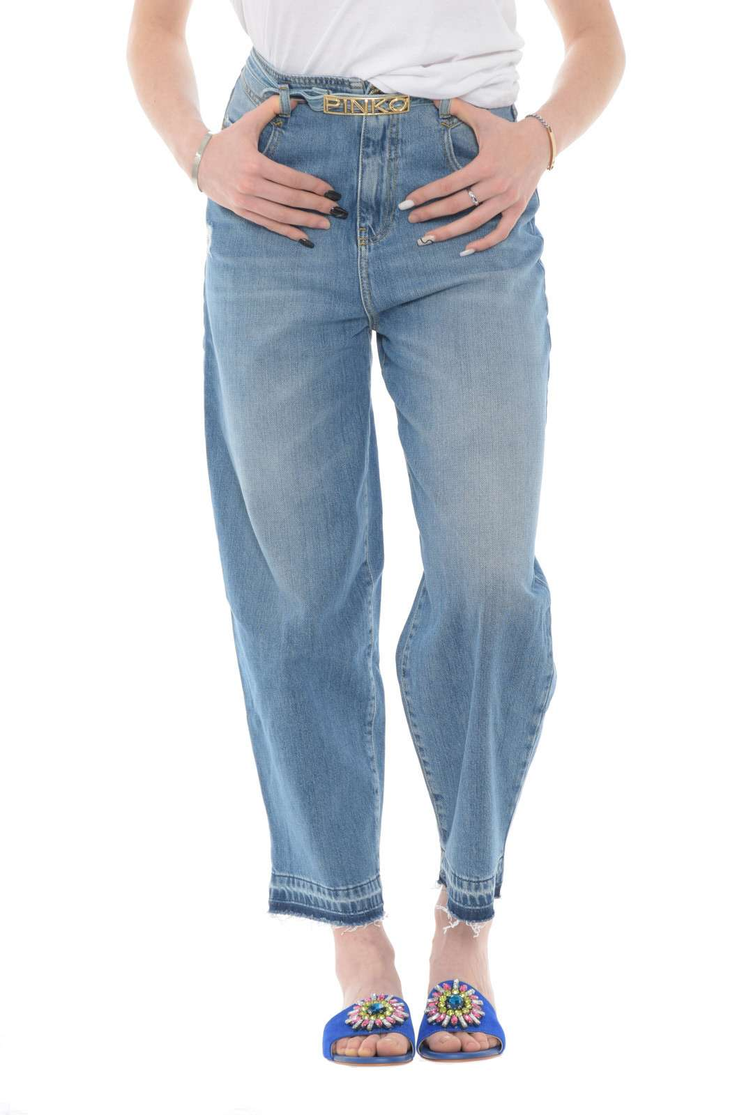 Un jeans di tendenza dal revival anni 90 per la collezione donna Pinko. Caratterizzato dalla vita alta e dalla vestibilità egg, è un must di stagione da abbinare sia con un top che con una camicia. Impreziosito dall'esclusiva cintura con logo del brand è un capo glamour per eccellenza.