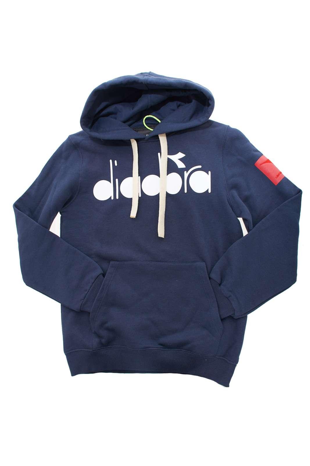 Scopri la nuova felpa firmata Diadora per la stagione primavera estate.  Il classico modello con cappuccio, impreziosita dalla stampa Diadora sul petto e il logo sulla manica.  Perfetta per i tipi di look più sportivi.