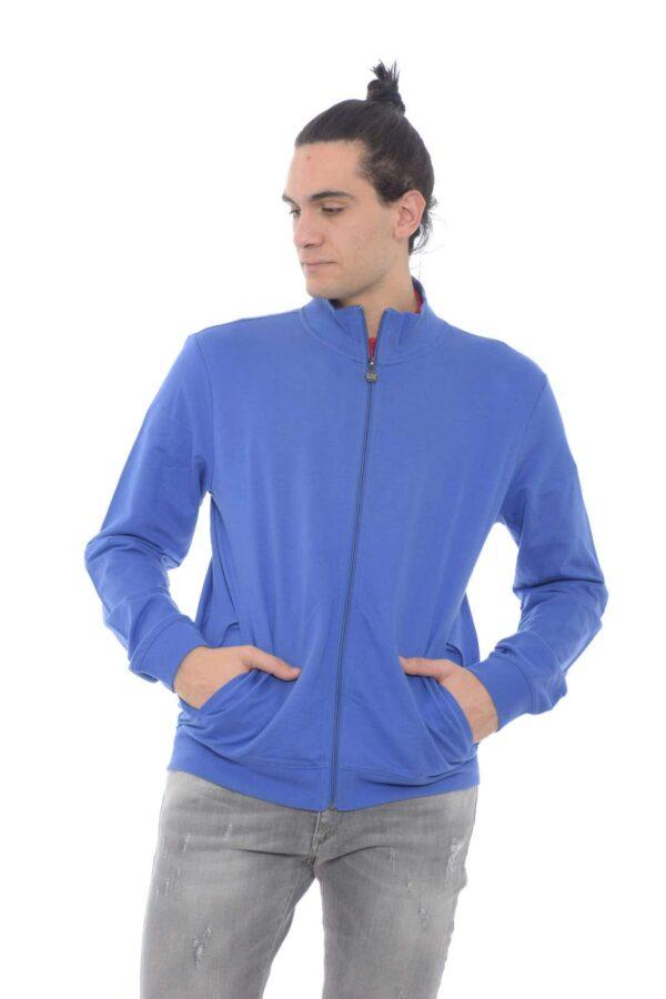 Scopri la nuova felpa da uomo proposta da Emporio Armani dal collo alto. Da indossare con un jeans o con un pantalone da jogging è un essential del proprio guardarobe.