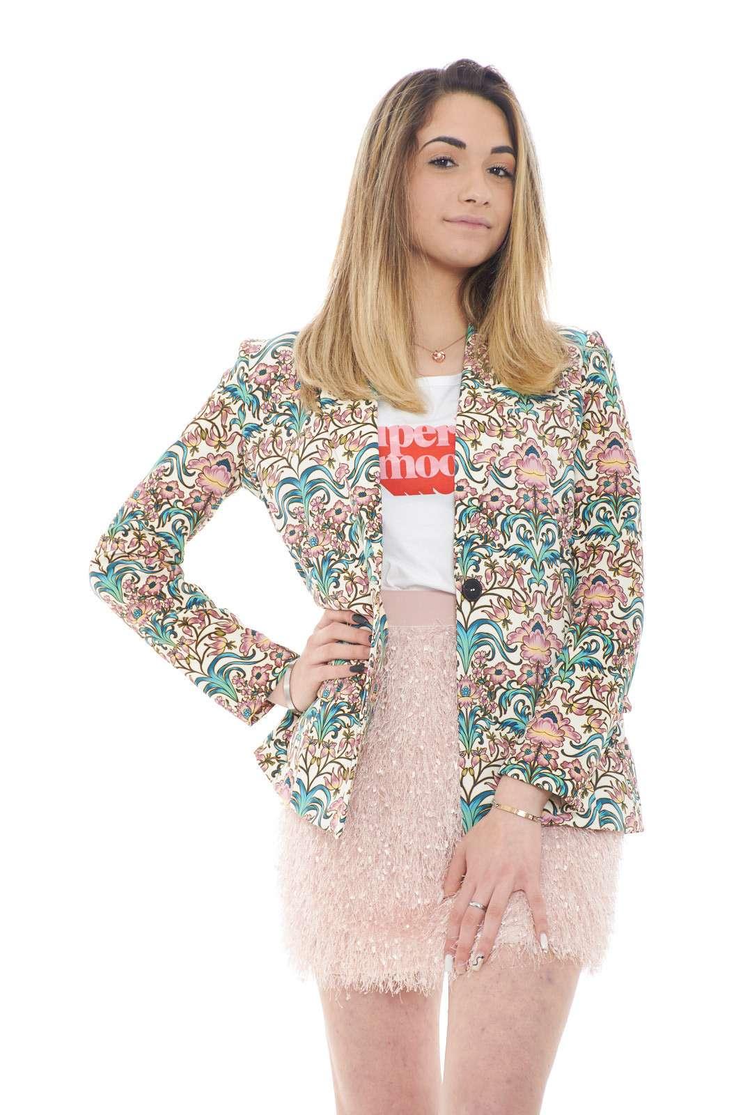 Estiva e coloratissima la nuova giacca proposta dalla collezione donna Dixie. Da abbinare con un pantalone o una gonna, è un capo raffinato e versatile. Da indossare per una cerimonia o per un'occasione casual, è un vero must have.