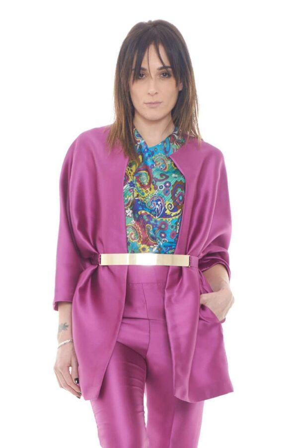 Scopri il nuovo blazer proposto dalla collezione donna Fabrizia Dea e il suo fascino elegante.  Caratterizzato da una vestibilità comoda si presenta senza cuciture ne allacciature su un tessuto in delicato raso.  Da indossare nelle occasioni più importanti, conquista le donne più esigenti.