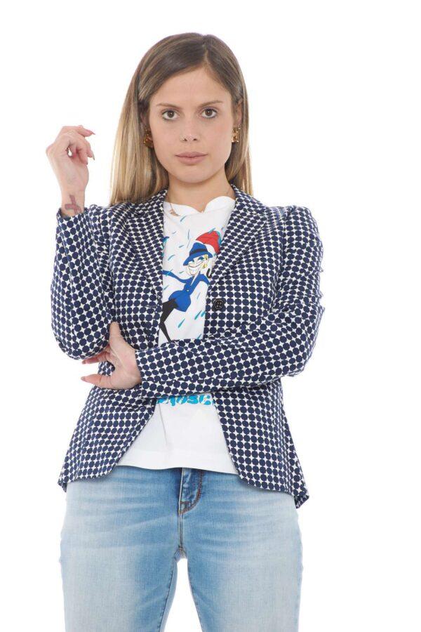 Un capo perfetto per ogni stile la giacca donna proposta dalla collezione Liu Jo. La fantasia geometrica ad effetto pois si impone su una linea semplice dalla vestibilità slim. Da abbinare sia ad un pantalone che ad un jeans è un capo unico e versatile.