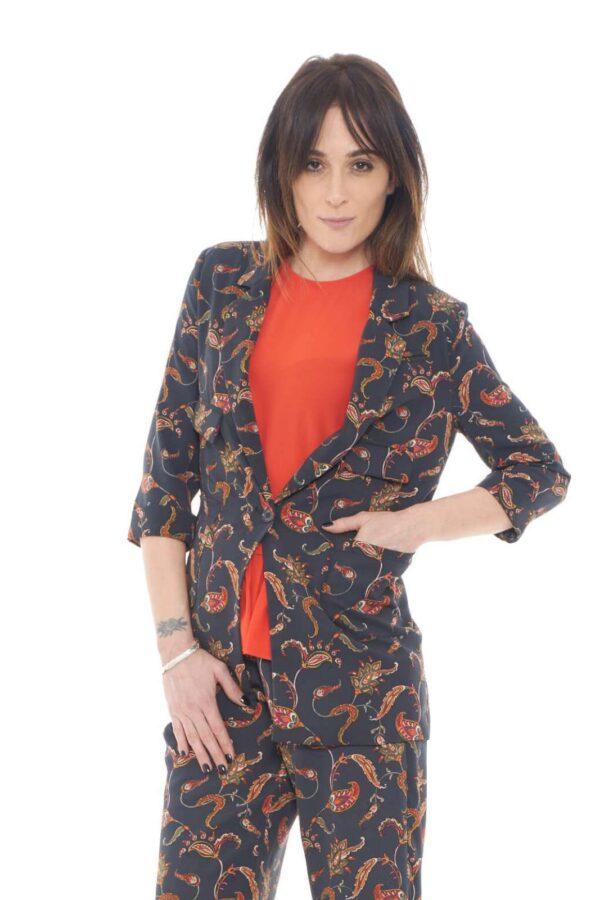 Fashion e dallo stile chic la giacca con fantasia cachemire proposta dalla collezione donna Silvian Heach.  Il taglio lungo la rende simile ad un Tight per unire lusso e moda.  Le tasche ne movimentano lo stile per un risultato impeccabile.