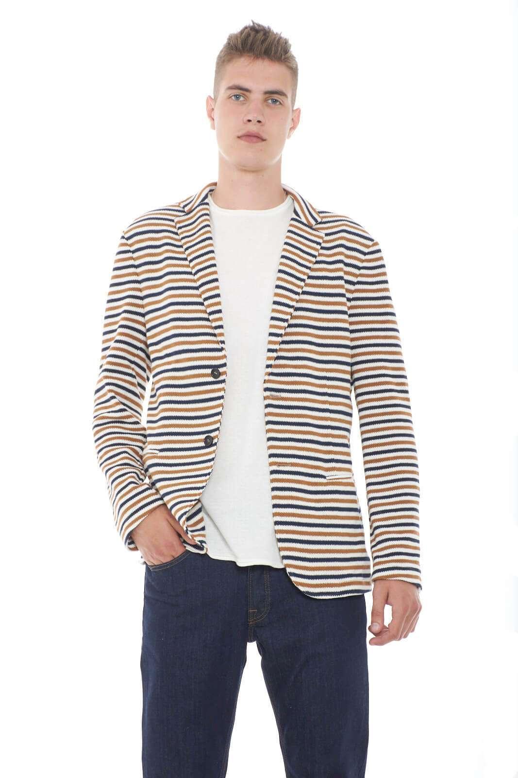Una giacca chic ed elegante, quella proposta da Daniele Alessandrini. Ideale per look sempre trendy e fashion, in ogni situazione, dal lavoro ai party, alle serate con gli amici. Per l 'uomo che ama look contemporanei e alla moda in ogni situazione.