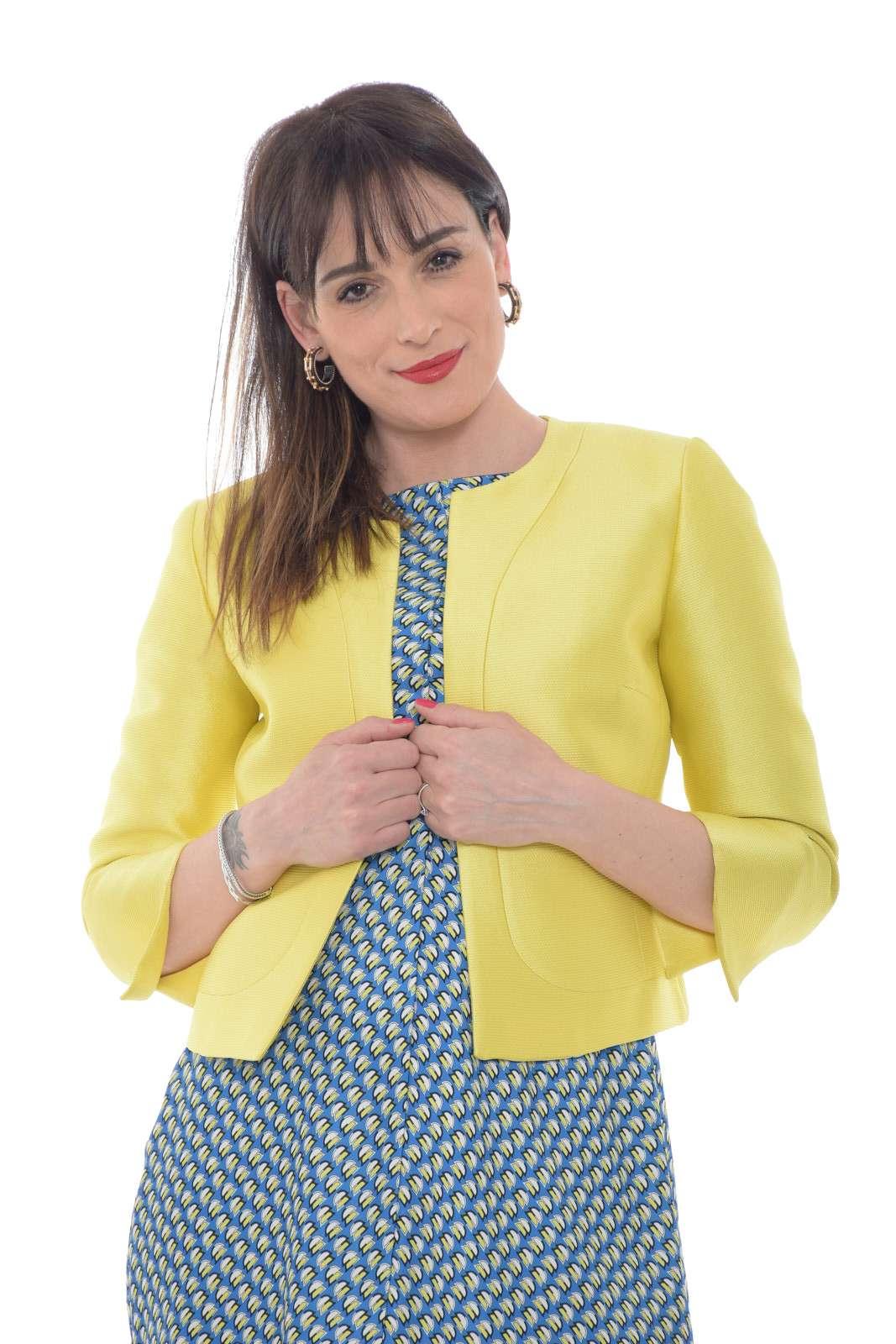 Una giacca raffinata e versatile quella firmata dalla collezione donna Fabrizia Dea. Da abbinare ai look più importanti si impone per il suo stile chic. Perfetta come soprabito o come coprispalle, si impone con il suo raffinato tessuto pique