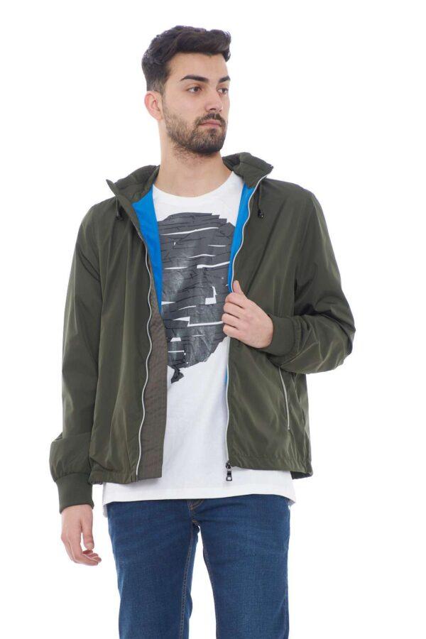 Un giubbino versatile e multiuso il DARREL HDD JKT firmato Tommy Hilfiger.  Proposto con cappuccio regolabile, che però può essere facilmente removibile tramite zip, per un cambio look a seconda delle occasioni.  Per uno stile streetwear sempre di tendenza.