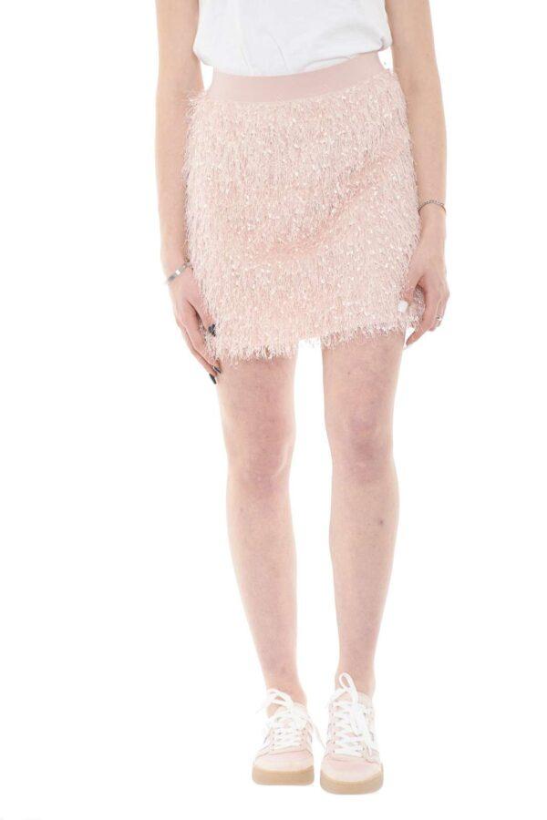 Una mini gonna da indossare nelle occasioni più glamour quella firmata dalla collezione donna Le Voliere. Il tessuto con frange e la vestibilità slim la rendono glamour e da abbinare ai look più sofisticati.