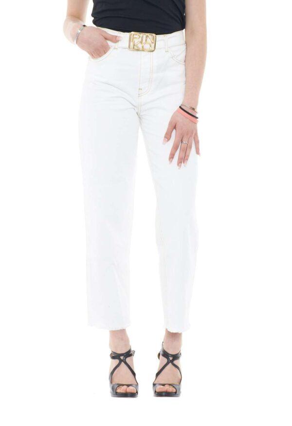 Un jeans dalla femminilità anni 90 per il mom jeans firmato dalla collection Pinko. La vestibilità morbida e la vita alta donano alla silhouette una femminilità senza pari per renderli versatili e affascinanti. Da abbinare sia a top che a T shirt sono un vero must.