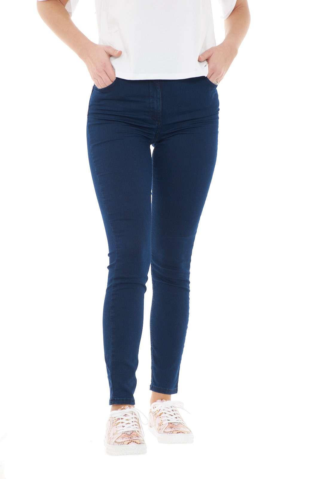 Scopri il nuovo jeans dalla vestibilità skinny proposto dalla collection donna di Liu Jo. Una linea pulita e minimal perfetta da indossare con ogni look. Dalle T shirt sportive ai top più eleganti, veste il tuo stile con classe.