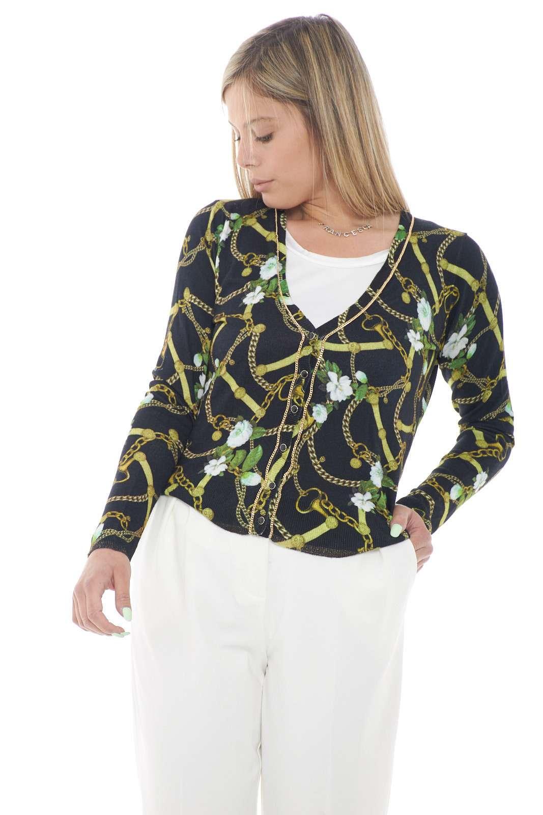 Una delicata fantasia floreale per il cardigan proposto dalla collezione donna Liu Jo. Una vestibilità regolare rifinita con una catena dorata ideale per le occasioni più quotidiane. Da indossare con un jeans o con un pantalone è un must have.