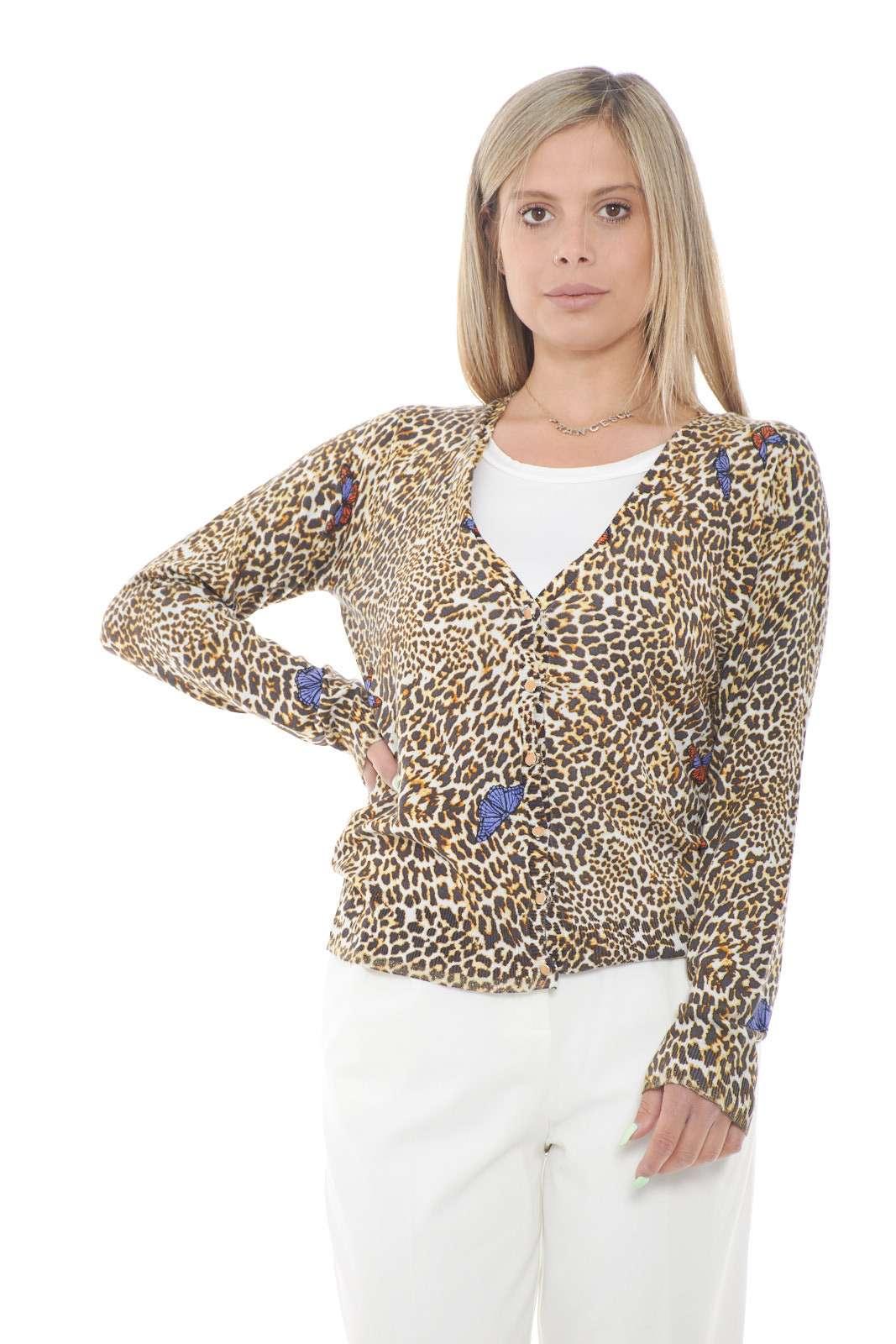 Scopri il nuovo cardigan proposto dalla collezione donna Liu Jo dalla tanto amata fantasia animalier. Un capo versatile da abbinare sia con un jeans che con un pantalone, lascia il segno con tutti gli stili. Le farfalle in contrasto di colore lo armonizzano per renderlo unico con ogni outfit.