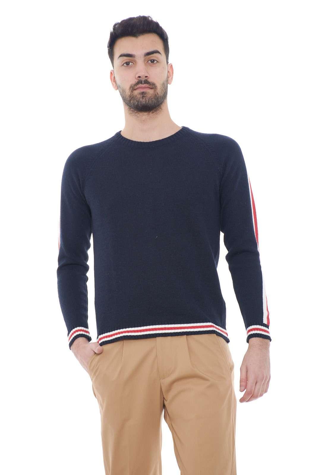 Un capo fashion e versatile la maglia in misto cotone proposta dalla collezione primavera estate di Daniele Alessandrini. Da abbinare ad un jeans o ad un pantalone è un capo versatile e indispensabile. La fantasia rigata sulle rifiniture e le bande laterali la rendono un'icona.