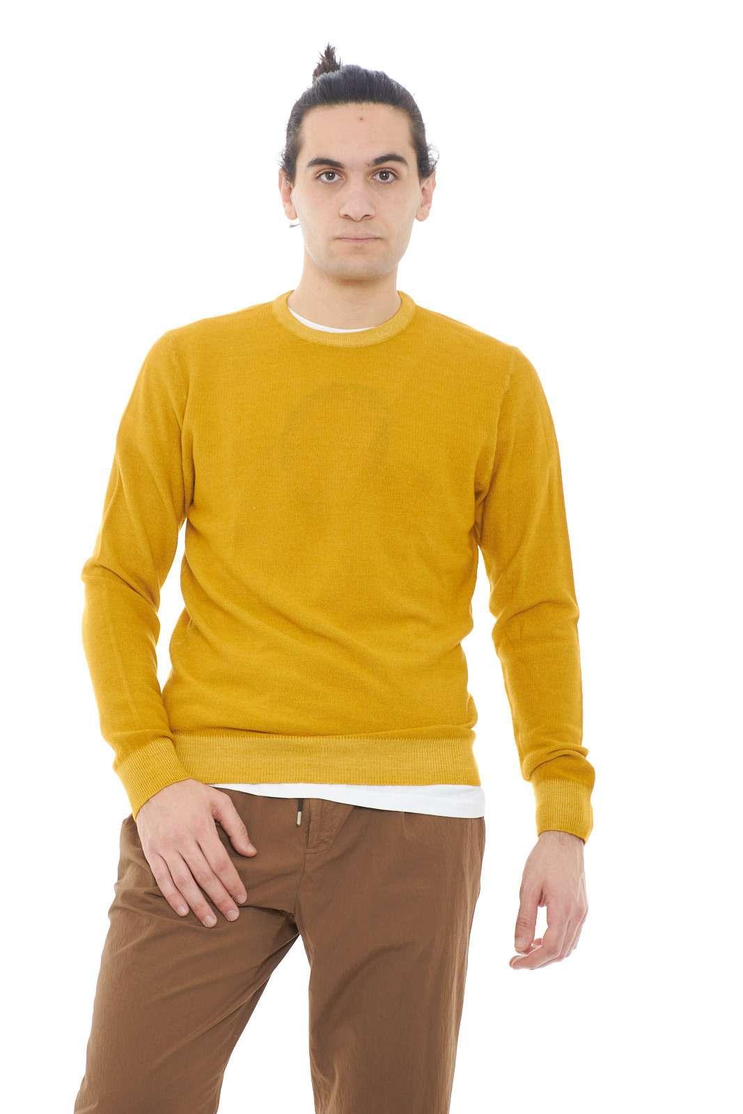 Calada e raffinata, la maglia da uomo proposta dalla collezione Geordie's conquista anche i gusti più esigenti. Una linea basic impreziosita dal pregiato filato in lana merinos con lavorazione piquet per essere adattata ad ogni look. Con un jeans o con un pantalone chino per esaltare ogni outfit.